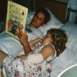 Läser bok med gudmor