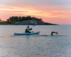 Aron Anderson simmar över Ålands hav