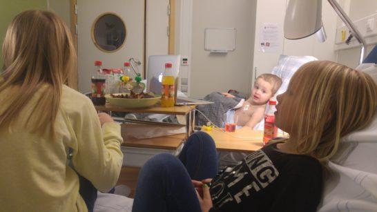 Lördagsmys på sjukhuset. Vi åt revben och tittade på Ensam Hemma. Rut piggnade till när systrarna kom på besök, men berättade med ynklig stämma för dem att hon måste stanna på sjukhuset, för hon är lite sjuk och mår inte så bra. Lilla hjärtat.