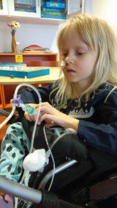 På lekterapin, Juva hjälper till med medicineringen.