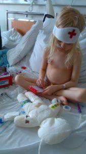Det blir mycket lek på rummet de första dagarna, framför allt med den fina doktorsväskan från Barncancerfonden som sköterskorna fyller på ordentligt.